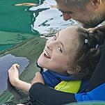 Emily hat wieder Fortschritte bei der Delphintherapie gemacht